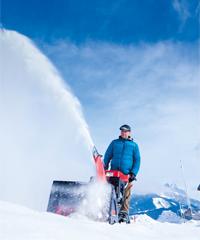 AL-KO bietet Schneefräsen für jeden Bedarf. Von der kompakten Akku-Schneefräse oder Elektro-Schneefräse bis zur leistungsstarken Benzin-Schneefräse mit Radantrieb oder Schneefräse mit Raupenantrieb.